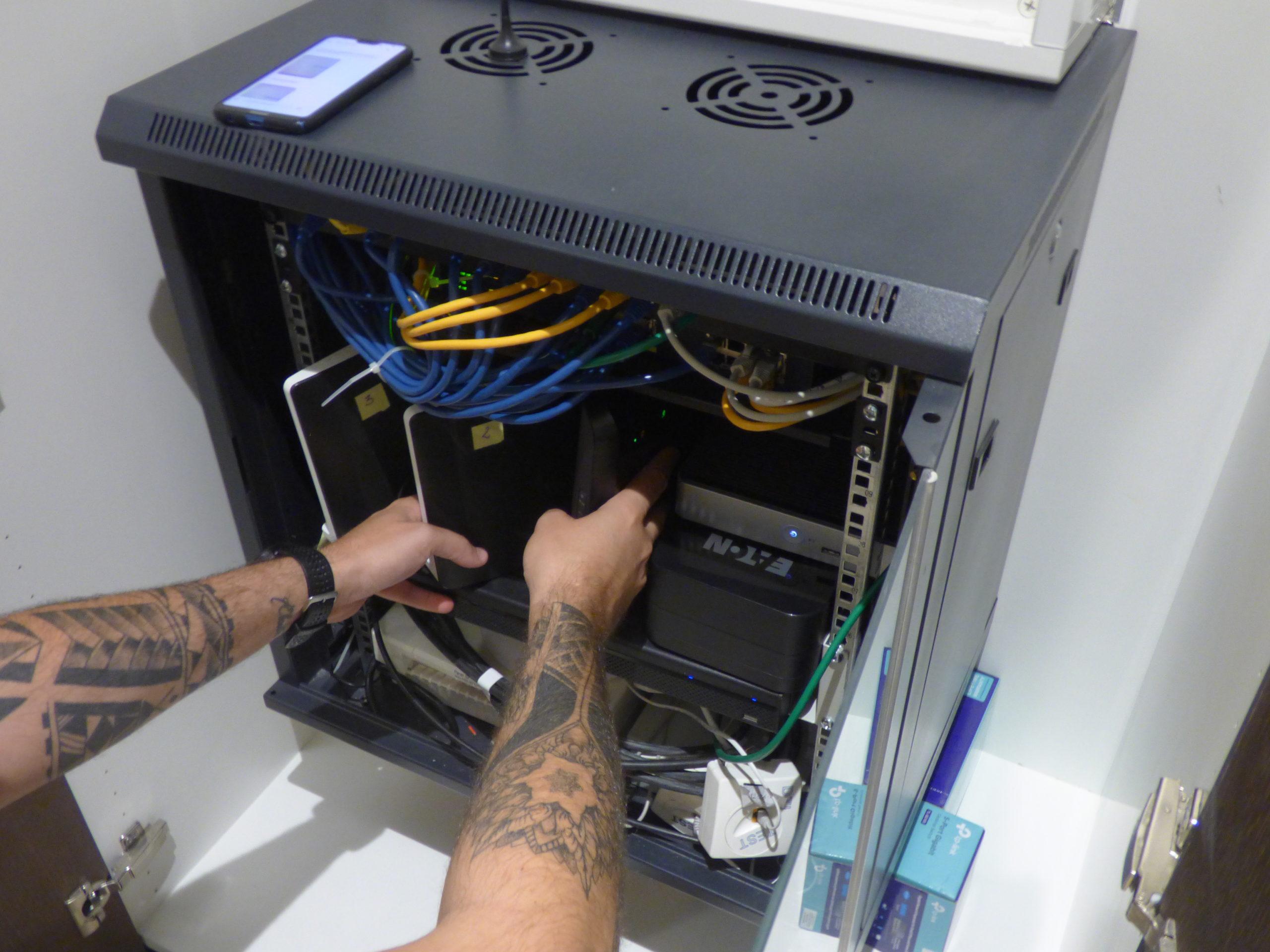 Baie de brassage pour gérer le réseau informatique et internet pour un villa.