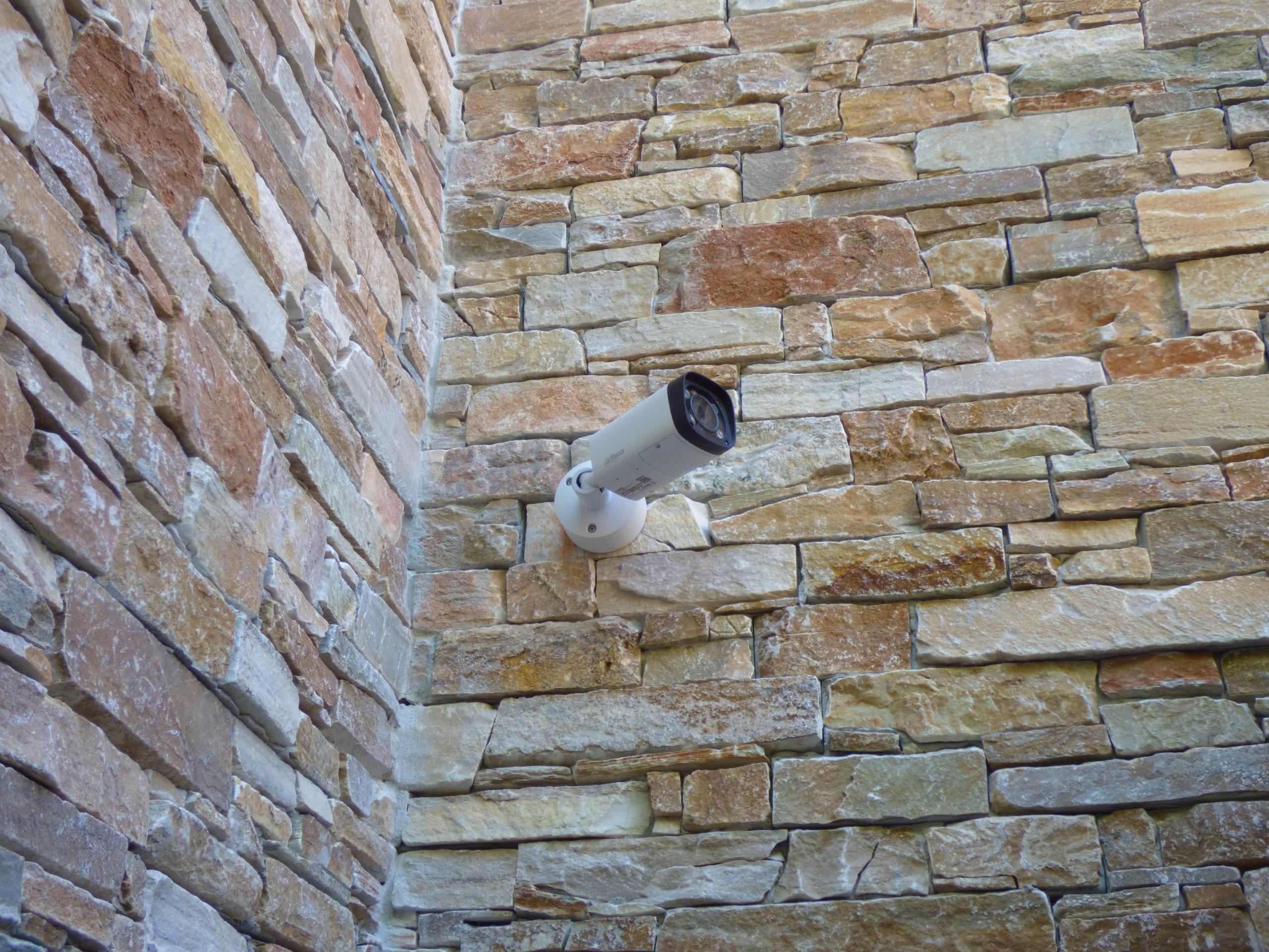 Caméra de vidéosurveillance tube à l'entrée d'une villa.