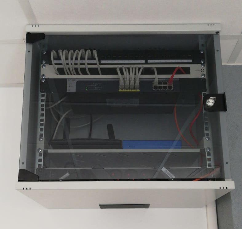Baie de brassage rangée et structuré afin de répondre aux exigences et aux besoins de notre client en terme de réseau informatique et serveurs.