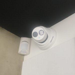 Caméra de vidéosurveillance et système d'alarme dans les locaux d'une entreprise.